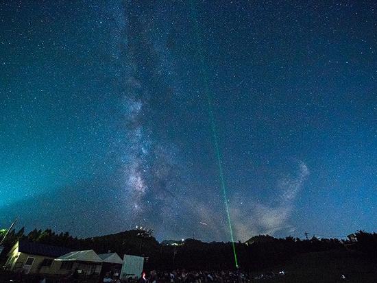夜空に浮かぶ満天の星々を、標高1,300mで満喫。