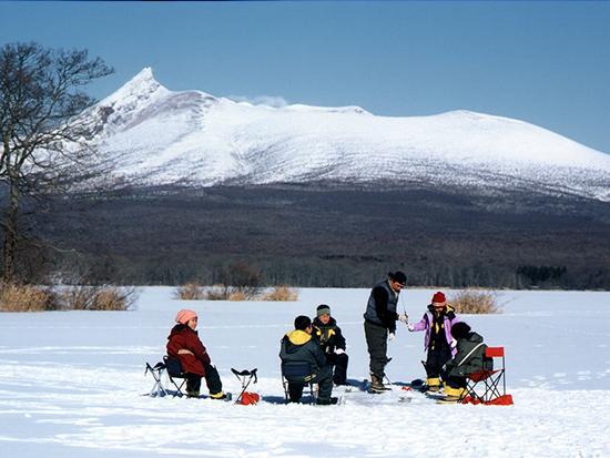 雄大な駒ヶ岳をバックに氷上ワカサギ釣り♪