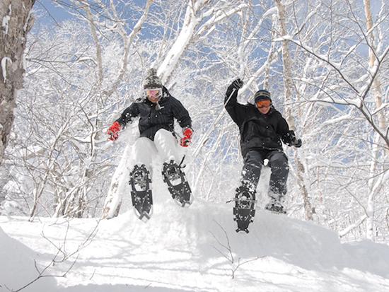 雪に慣れてきたら欲張りにいろんな遊びをしましょう!自然のジャンプ台からジャンプしたり、みんなでかけっこして遊んだり、転んで雪まみれになったり、遊び方は人それぞれ
