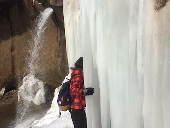 冬の支笏湖ならではの神秘的な氷の滝まで探検しましょう