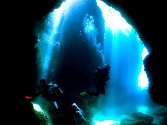 神秘の光の洞窟の様子