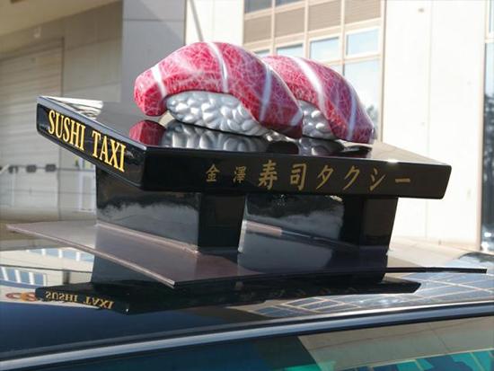 寿司タクシーはタクシーの上部に寿司を象ったモチーフを乗せていてインパクト十分です。ここでしか乗車できない特別なタクシーです。