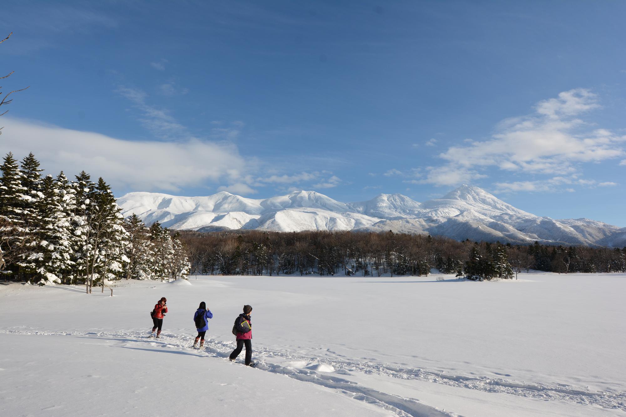 知床連山を展望する美しい風景。 冬は湖越しに見る風景がより広々と感じられる気がします。