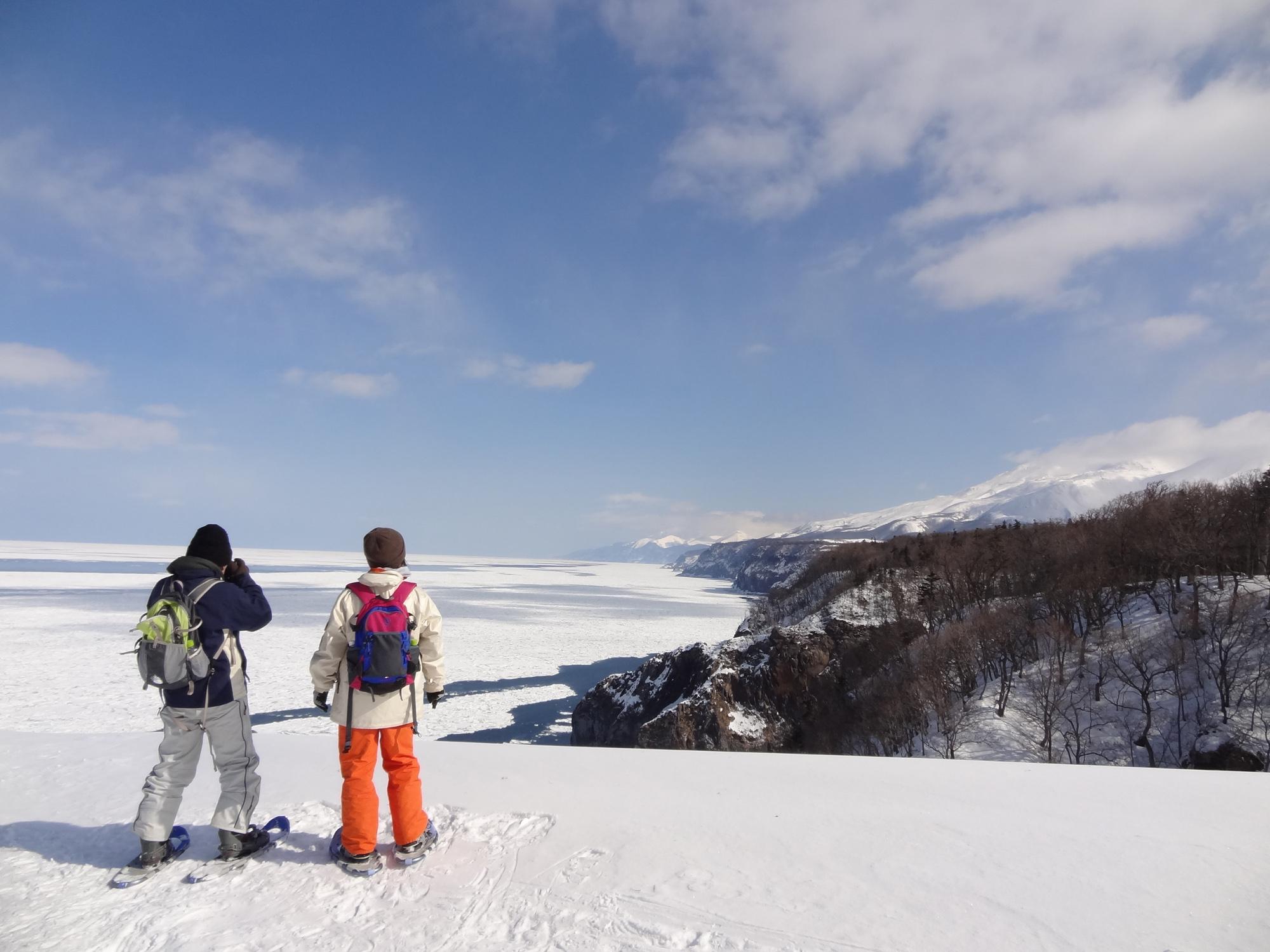オホーツク海と断崖を広く見渡す景色。 自分の足で歩いたからこそ見ることができる風景です。