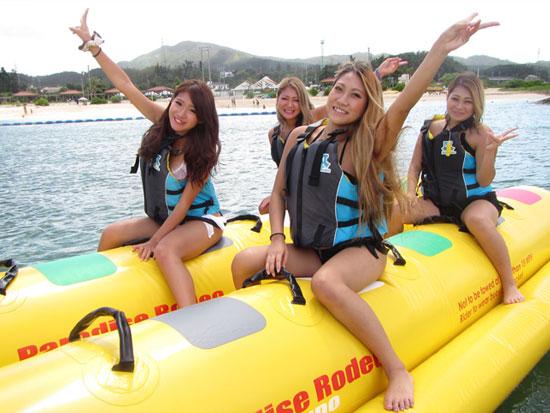 万座毛を海から眺めるバナナボート
