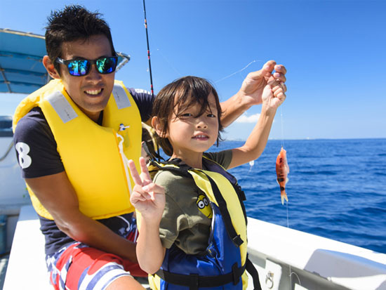 釣りたて魚を味わう恩納村沖釣りツアー