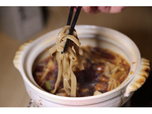熱々のスープに、しゃぶしゃぶのように蕎麦をさっとくぐらせ、濃いめの出汁と具材を絡めながらいただく。