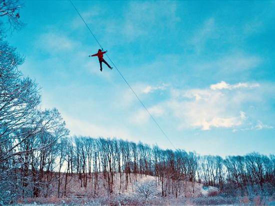 雪の降り積もる絶景の森の上空を滑空出来ます!