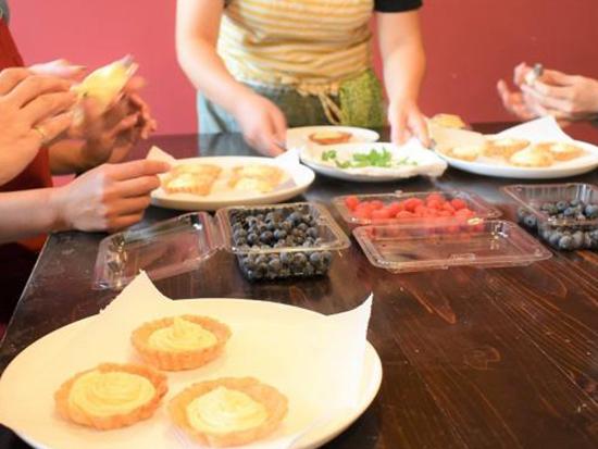 余市産の季節の果物を使って、地元のパティシエと簡単なお菓子作りを楽しみます。