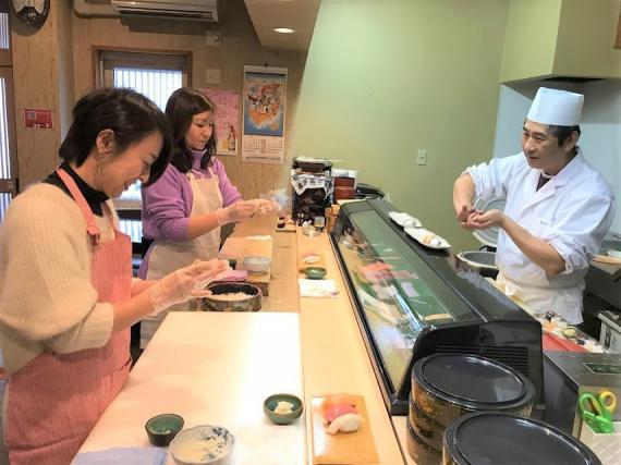 まちのお寿司屋さんに握り方を教えてもらいながら、寿司握り体験。