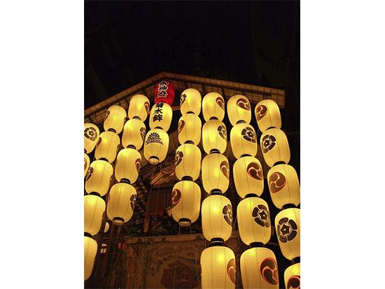 """祇園祭の夜の行事で有名な""""宵山""""行事。"""