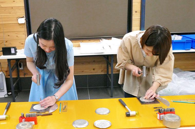 大人から子供まで錫皿の制作体験ができます