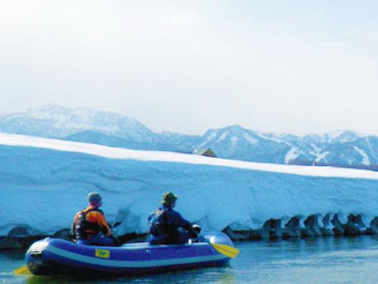 氷点下の世界で氷の芸術作品を探す川下りツアー!【半日ツアー】