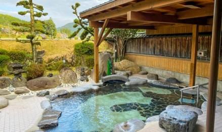 源泉かけ流し。 木の芳香を感じる檜大浴場や四季の折々の山景色を楽しむ庭園露天風呂、低周波電気で血行の増進電気風呂、体内の毒素を排出する遠赤外線サウナなどもあります。