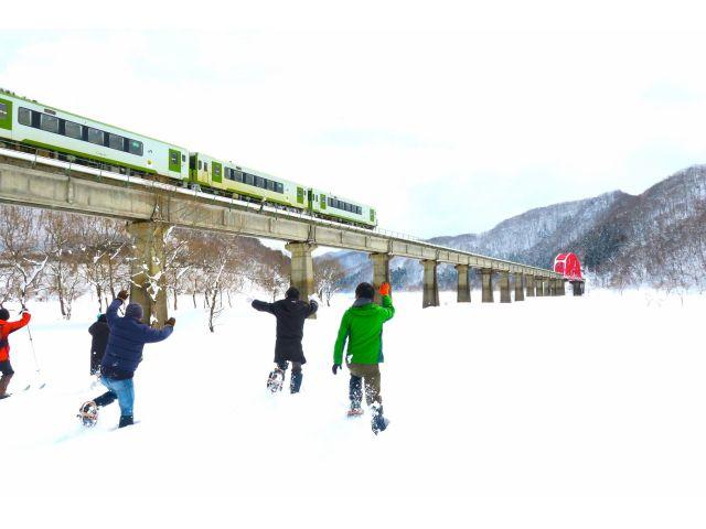 雪原の上をカンジキを履いて走る人達