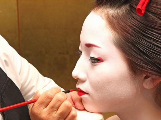 本格舞妓化粧は熟練のプロスタッフが担当!お客さまのお顔の特徴を活かして美しさをひきたてます。