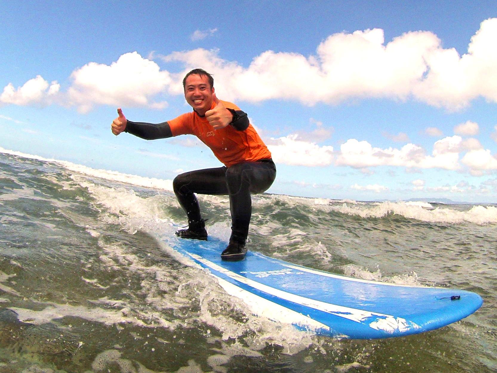 沖縄の青い波で自由気ままにサーフィン!フルレンタル&フリーサーフィンコース