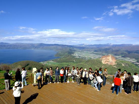 洞爺湖有珠山ジオパークはその59番目の世界ジオパークに認定され、その有珠山をロープウェイ に乗車して見学して頂きます。