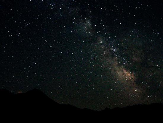 月の影響が少ない日はスターウォッチング。マットに寝転がってじっくりと夜空を眺めます。