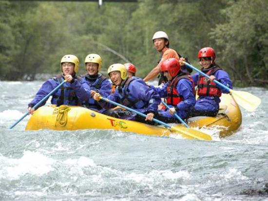 十勝川のラフティングは小学1年生から参加可能。 だからといって、全コース緩やかなわけではありません!? 白波立つ激流区間は、水しぶきがばっしゃーん!!